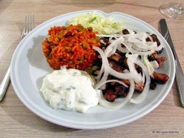 Gyrosteller mit Krautsalat, Tsatsiki und Djuvec Reis