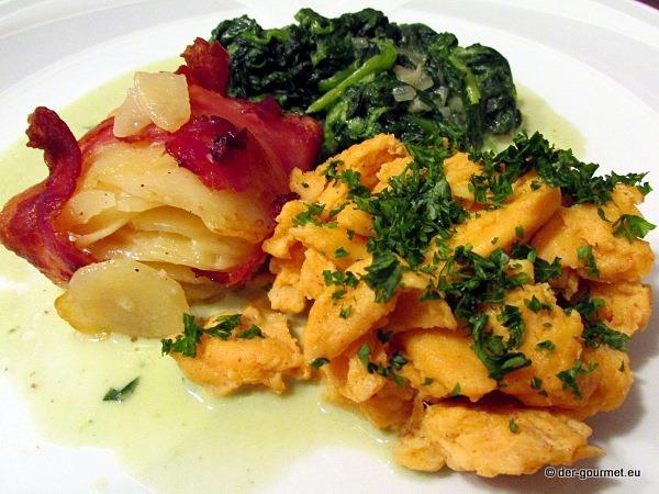 Kartoffelküchlein mit Speck an Rührei mit Spinat