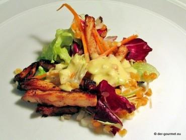 Bunter Salat mit Hähnchenstreifen