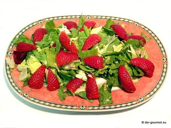 Grüner Blattsalat mit fruchtiger Note der Erdbeere