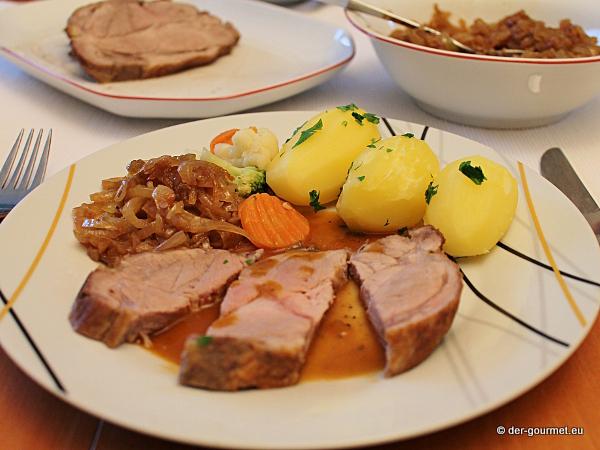 Schweinebraten klassisch mit gerösteten Zwiebeln