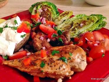 Pikante Hähnchenbrust mit Salat und panierten Pilzen