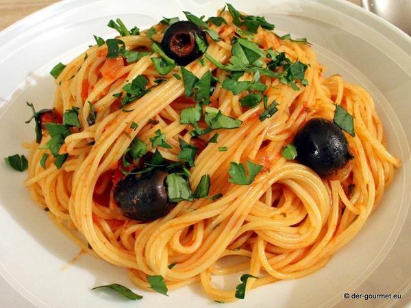 Spaghetti in einem Kleid aus Kräuter Tomaten Sauce