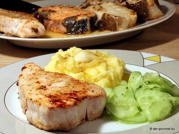 Steakplatte vom Fisch mit Knoblauch Kartoffelpüree