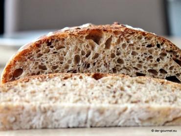 Weizensauerteig Brot mit gerösteten Haferflocken