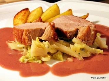 Schweinefilet in Rotweinsauce im Wirsing Bett