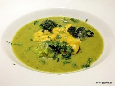 Brokkoli-Cremesuppe mit Tortellini