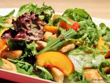 Rucola Salat mit Hähnchenstreifen und Nektarinen